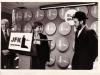 Раввин Давид Хилл (слева), Сара Френкель, (в центре) приветстввуют Иосифа Менделевича в аэропорту Кеннеди в Нью-Йорке, 1981 год.