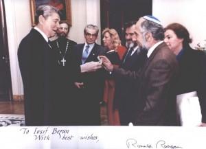 """Президент Рейган вручает Иосифу Бегуну браслет с его именем, кюоторый Рейган носил, когда Бегун сидел в тюрьме. (архив """"Запомним и сохраним"""")"""