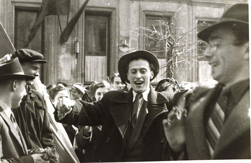Давид Хавкин (слева), Илья Суслов и Яков Коган танцуют на улице Москвы после предупреждения не собираться возле синагоги,  1955 год.