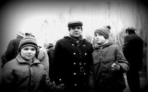 Михаил Членов с сыновьями Мотей (слева) и Марком (справа) на митинге против антисемитизма на Востряковском кладбище, Москва, 1987 год.