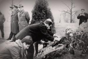 Отказники Эйтан Финкельштейн и Борис Гутман возлагают венки в 9-ом Форте в окружении сотрудников милиции и КГБ, Каунас, 1971, п.а. Финкельштейн.